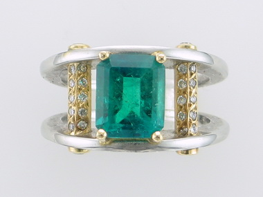 Pl/18k Emerald & Diamond Ring